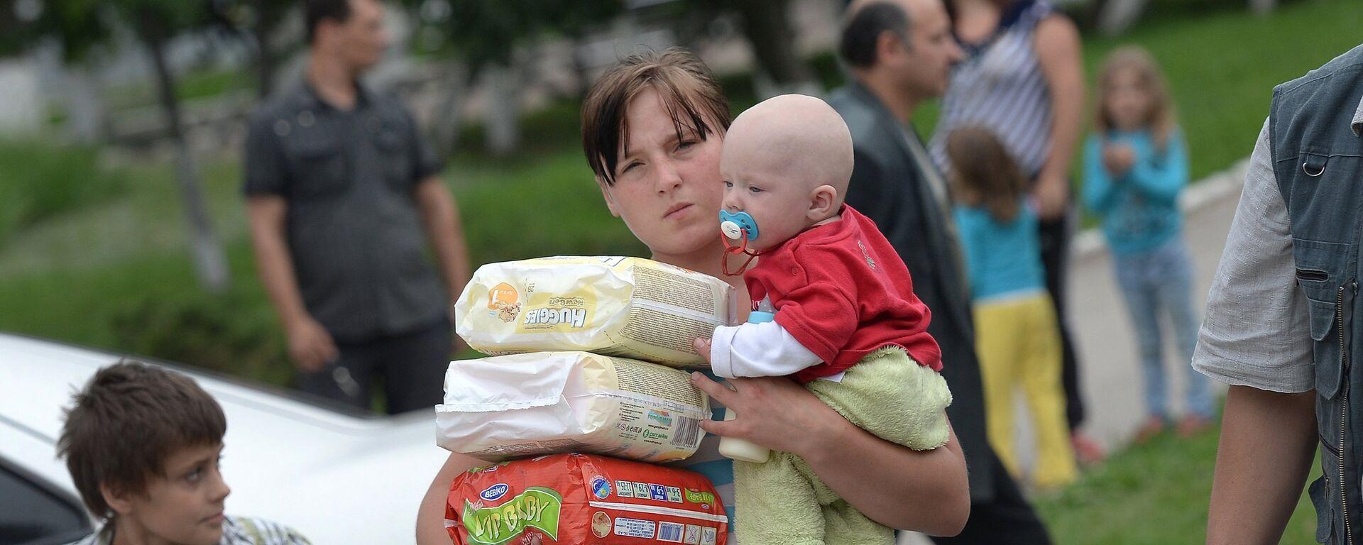 Молодая мать с младенцем и подгузниками - Sputnik Латвия, 1920, 02.06.2021