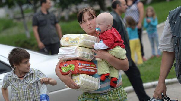 Молодая мать с младенцем и подгузниками - Sputnik Латвия