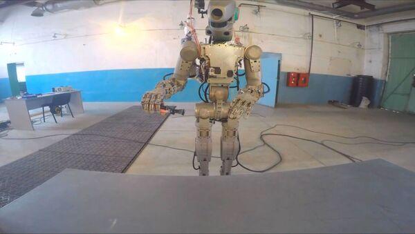 Робот Федор показал, как действует пилой, огнетушителем и паяльником - Sputnik Латвия