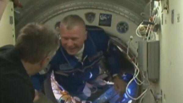 Встреча на орбите: экипаж корабля Союз МС-03 перешел на МКС - Sputnik Латвия