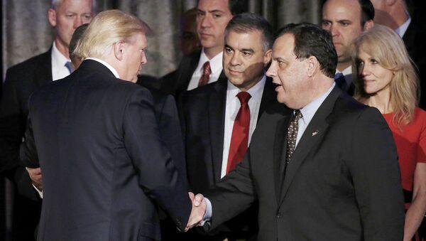 Дональд Трамп пожимает руку губернатору Нью-Джерси Крис Кристи - Sputnik Латвия