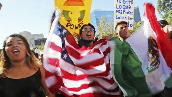 Студенты вузов в центре Лос-Анджелесе во время протеста против избрания Дональда Трампа в качестве президента США - Sputnik Латвия