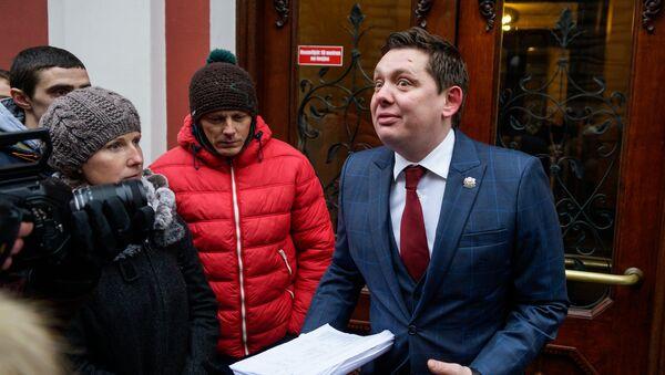 Депутат Сейма Артур Кайминьш демонстрирует собравшимся часть госбюджета по депутатским квотам - Sputnik Латвия