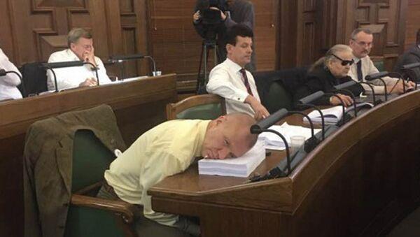А вот и фотоподтверждение того, что депутат Калнозолс на самом деле не спал во время принятия бюджета, а только моргнул! - Sputnik Latvija