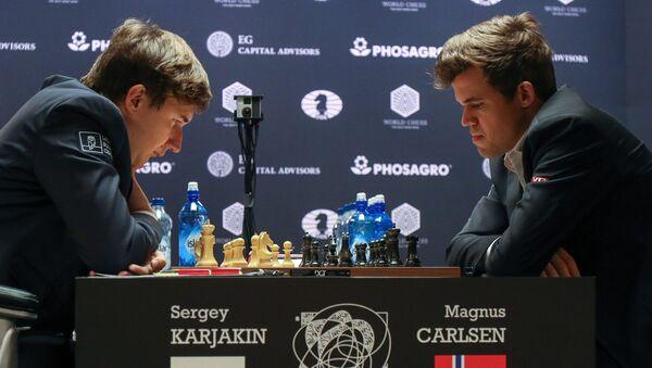 Слева направо: гроссмейстер Сергей Карякин (Россия) и гроссмейстер Магнус Карлсен (Норвегия) в партии матча за звание чемпиона мира 2016 - Sputnik Латвия