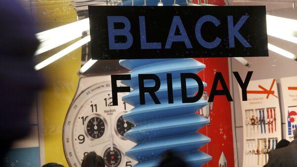 Реклама Черной пятницы на витрине магазина - Sputnik Latvija