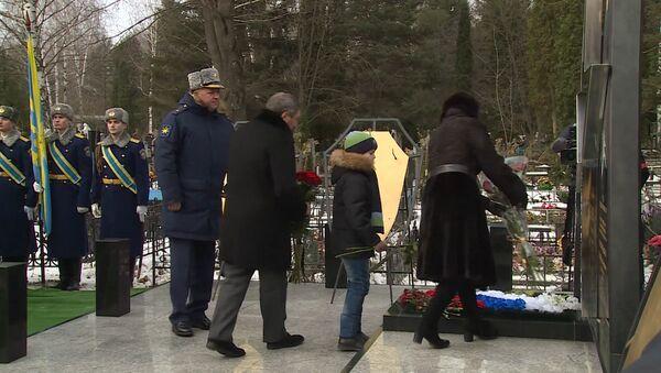 Открытие памятника погибшему в Сирии пилоту российского Су-24 Олегу Пешкову - Sputnik Латвия