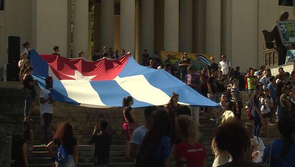 Студенты в Гаване развернули огромный флаг Кубы в память о Фиделе Кастро - Sputnik Латвия