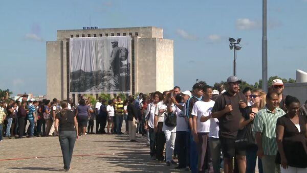 Тысячи кубинцев выстроились в очередь для прощания с Фиделем Кастро в Гаване - Sputnik Латвия