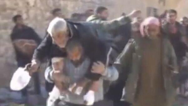 Мирные жители покидали один из районов Алеппо под пулями боевиков - Sputnik Латвия