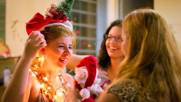 Церемония анонимного обмена рождественскими подарками - Sputnik Латвия