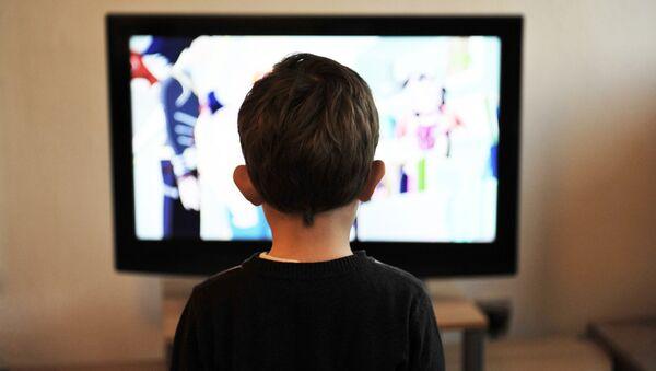 Ребенок смотрит телевизор - Sputnik Латвия