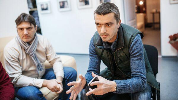 Наивные путешественники встретились с шоуменом и телеведущим Валдисом Пельшем - Sputnik Латвия