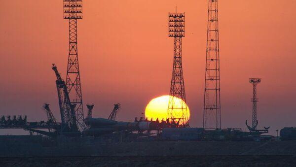 Подготовка ТГК Прогресс МС-04 и ракеты-носителя Союз-У к пуску - Sputnik Латвия