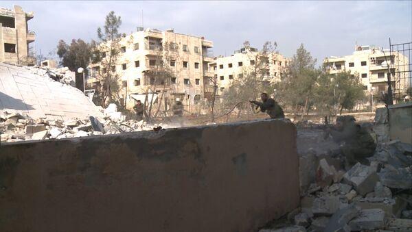 Сирийские солдаты отстреливались от боевиков в восточной части Алеппо - Sputnik Латвия