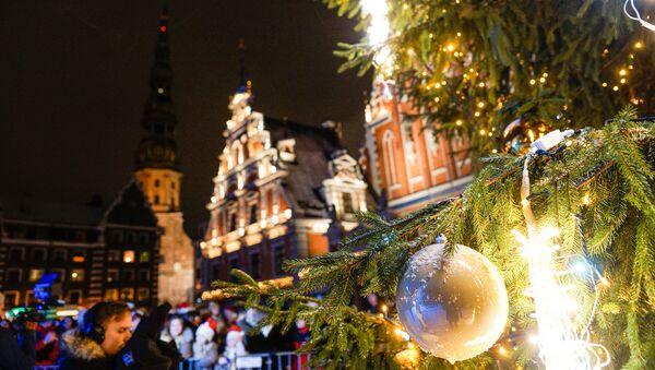В Риге зажгли елку по системе Руба Голдберга - Sputnik Латвия