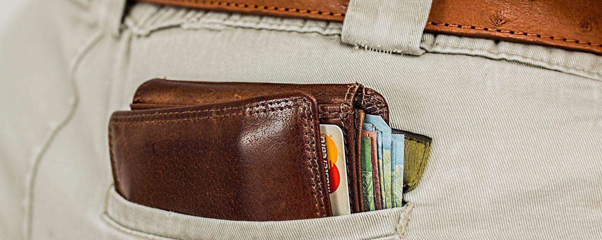 Портмоне с кредитными картами в кармане - Sputnik Латвия, 1920, 01.06.2021