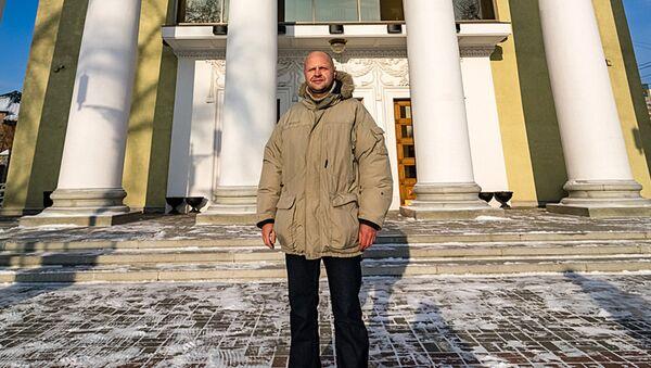 Внук архитектора Олег Гофрат на фоне произведения своего деда - Sputnik Латвия