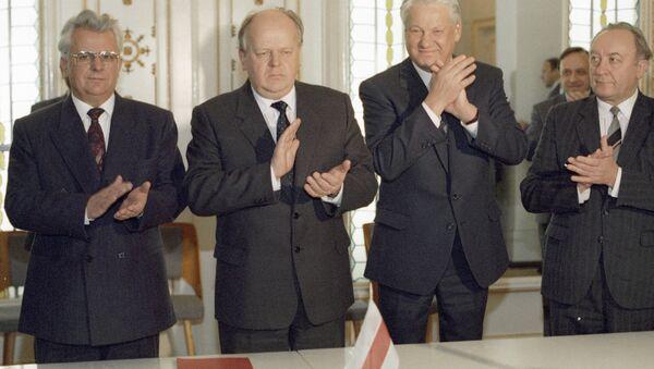 Леонид Кравчук, Станислав Шушкевич, Борис Ельцин после подписания Соглашения о создании СНГ в Беловежской пуще - Sputnik Latvija