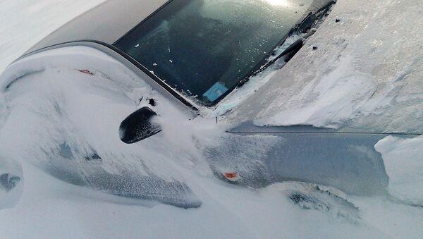 Засыпанный снегом автомобиль - Sputnik Латвия