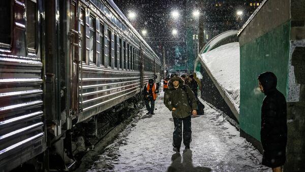 Перрон вокзала в Ачинске - Sputnik Латвия