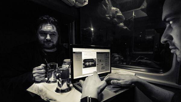 В купе поезда Уфа – Челябинск. Чай и подстаканники - Sputnik Латвия