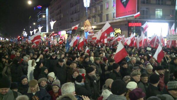 Десятки тысяч человек прошли маршем протеста по Варшаве - Sputnik Латвия