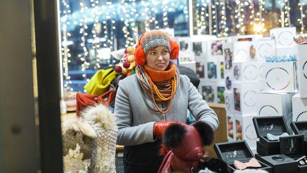 Anda pārdod preces no Latvijas festivālā Ceļojums uz Ziemassvētkiem - Sputnik Latvija