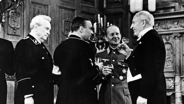Рейхсфюрер СС Генрих Гиммлер (второй справа - артист Николай Прокопович) на приеме в Семнадцать мгновений весны - Sputnik Латвия