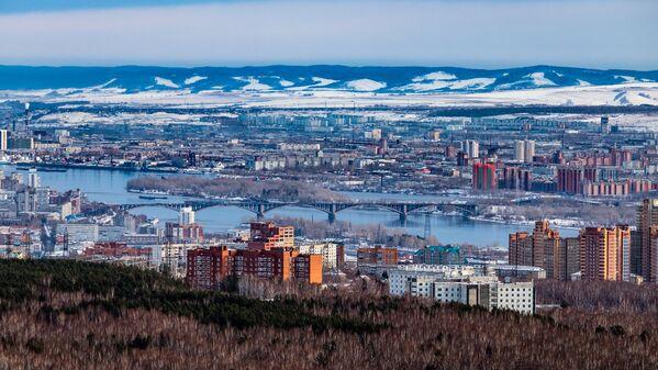 Город окружен Енисеем и в нескольких местах пронзен его многочленными притоками - Sputnik Latvija