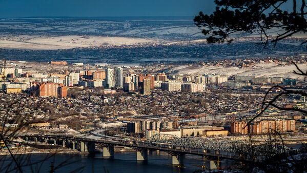 Солидный возраст молодого на вид города выдают старые опоры железнодорожного моста – ровесника Эйфелевой башни в Париже - Sputnik Latvija