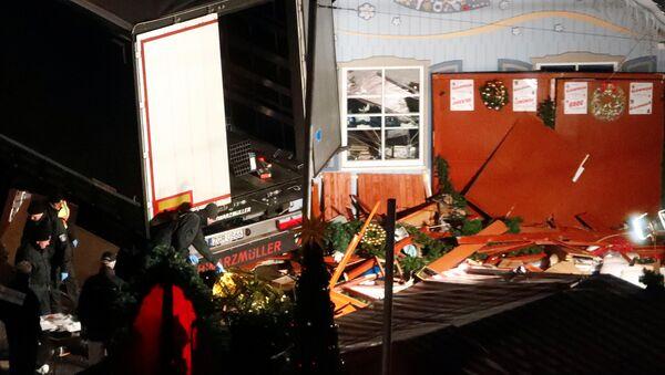 Грузовик въехал на рождественский рынок в Берлине - Sputnik Латвия