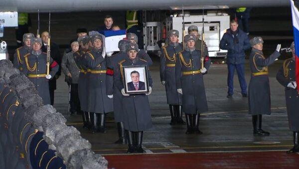 В Москве встретили самолет с телом посла России в Турции Андрея Карлова - Sputnik Latvija