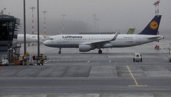 Самолет компании Lufthansa в Международном аэропорту Рига - Sputnik Latvija