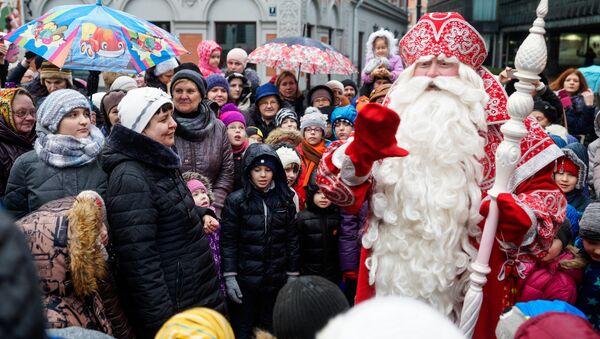 Российский Дед Мороз из Великого Устюга встретился с детьми и взрослыми на Ратушной площади Риги - Sputnik Латвия