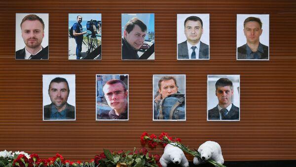 Цветы в память о погибших в крушении самолета Ту-154 Минобороны РФ - Sputnik Латвия