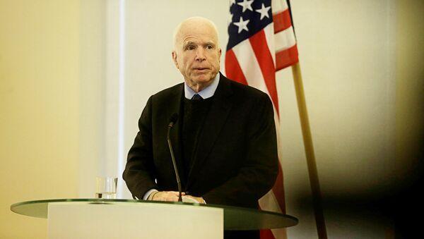 Сенатор США Джон Маккейн выступает на пресс-конференции в Таллине - Sputnik Латвия