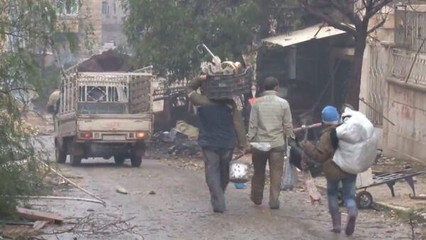 Мирные жители с мешками и сумками возвращаются домой в разрушенный Алеппо - Sputnik Латвия
