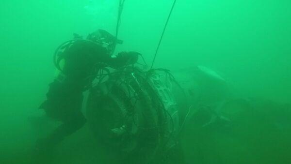 Работа водолазов МЧС РФ по поиску под водой и подъему фрагментов Ту-154 - Sputnik Латвия