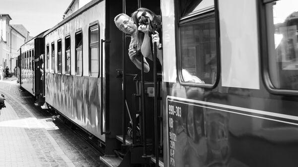 Люди фотографируют из поезда - Sputnik Латвия