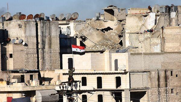 Sīrijas valdībjas karogs sagrautajā Alepo - Sputnik Latvija