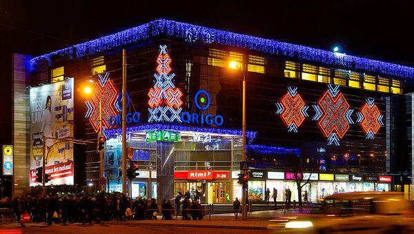 Универмаг Ориго на привокзальной площади Риги сияет огнями - Sputnik Латвия
