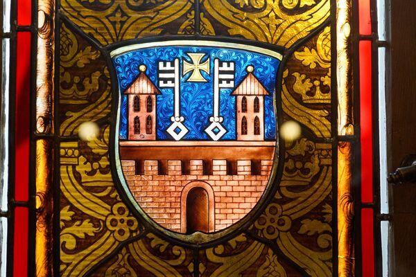Rīgas ģerbonis Mazās ģildes Lielās zāles vitrāžā - Sputnik Latvija