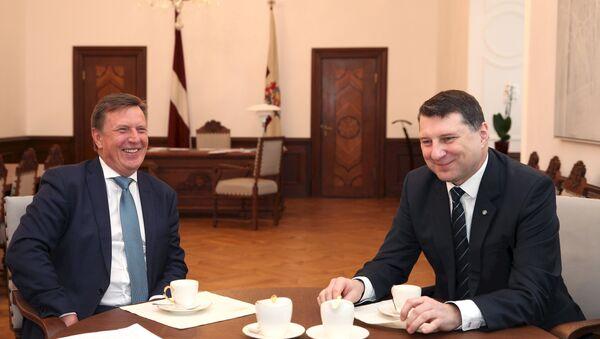 Премьер-министр Марис Кучинскис (слева) на встрече с президентом Раймондсом Вейонисом - Sputnik Latvija
