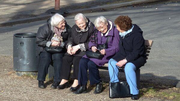 Пожилые женщина на сидят скамейке, архивное фото - Sputnik Латвия