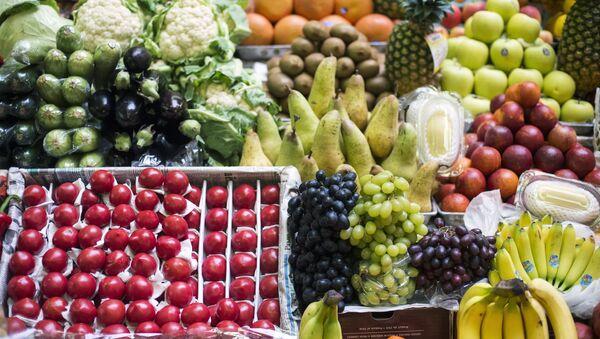 Прилавок с фруктами и овощами, архивное фото - Sputnik Латвия