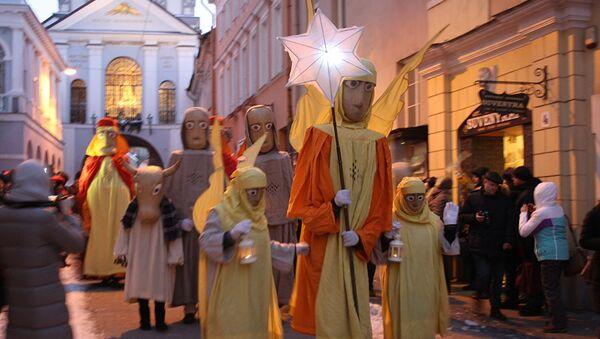 Шествие движется по улице в сопровождении верующих и туристов - Sputnik Латвия