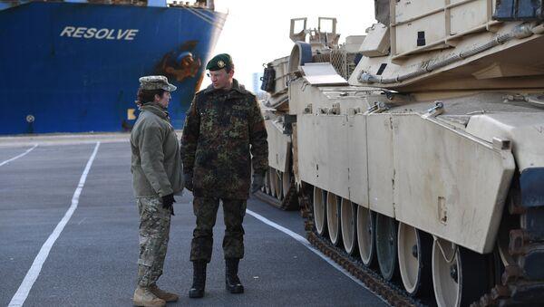 Разгрузка американской военной техники в порту Бремерхафен в Германии - Sputnik Латвия