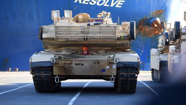 Разгрузка американской военной техники в порту Бремерхафен в Германии - Sputnik Latvija