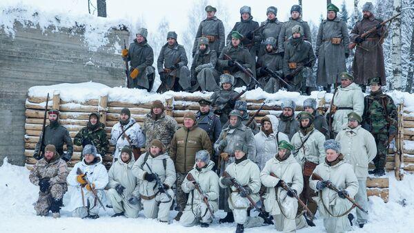 Участники реконструкции сфотографировались с Раймондом Граубе - Sputnik Латвия